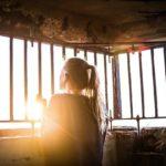 femme emprisonnement isolement confinement